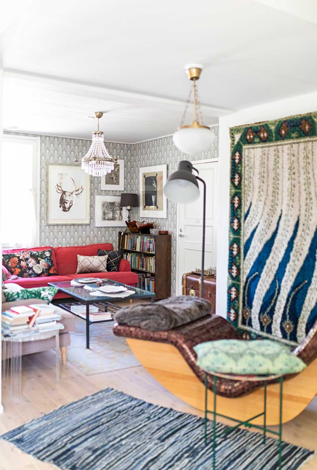 Lämpiävä kylpylätuoli, Akseli Gallen-Kallelan Liekki-ryijy ja taidelasiesineet ovat kauniita katseenvangitsijoita.