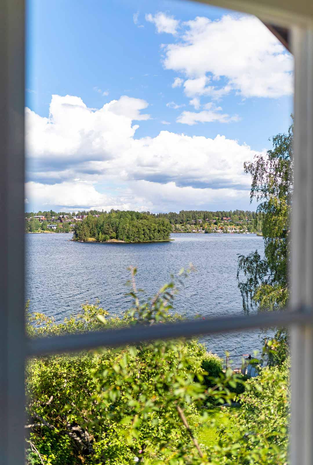 Saimaan järvimaisema näkyy lähes joka huoneen ikkunasta.