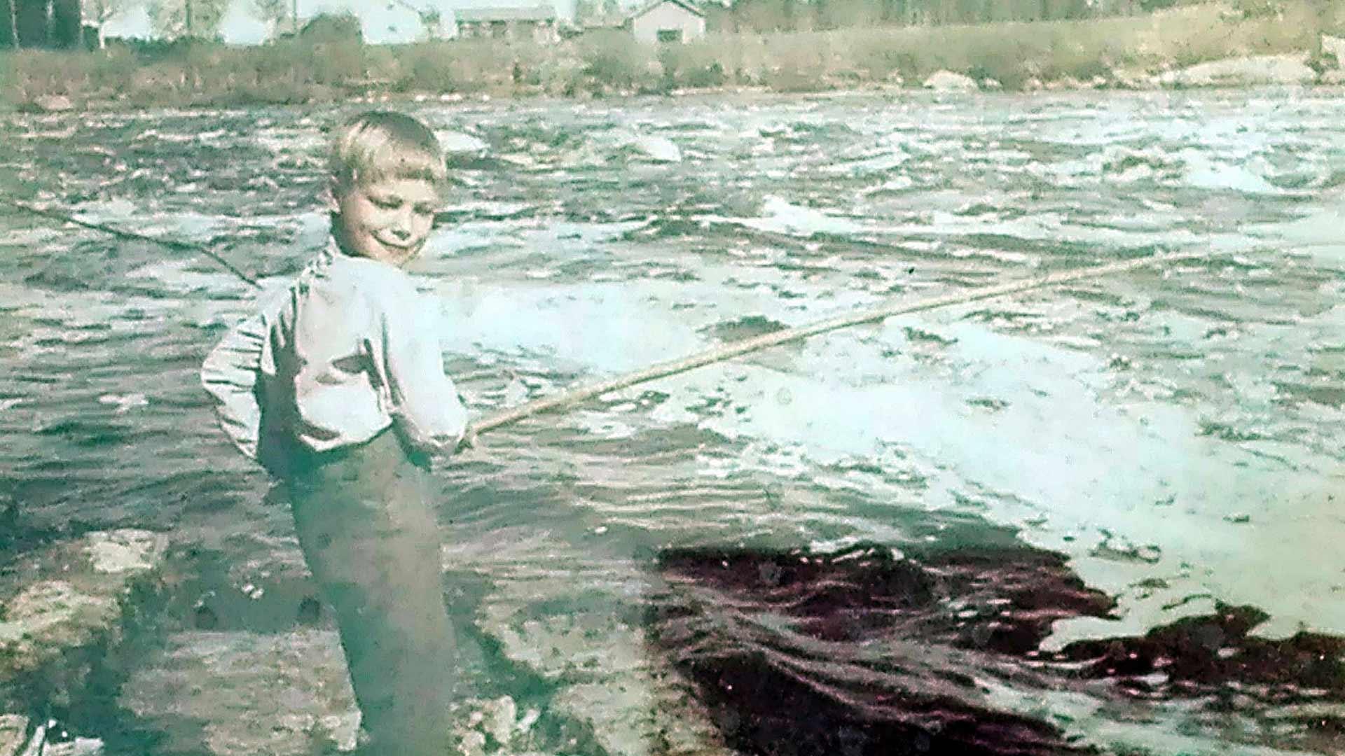 Lapsena Markus oli innokas kalamies, ja kalastus yhdisti koko perhettä. Kuvassa Markus onkii Siikajoella kesällä 1967.