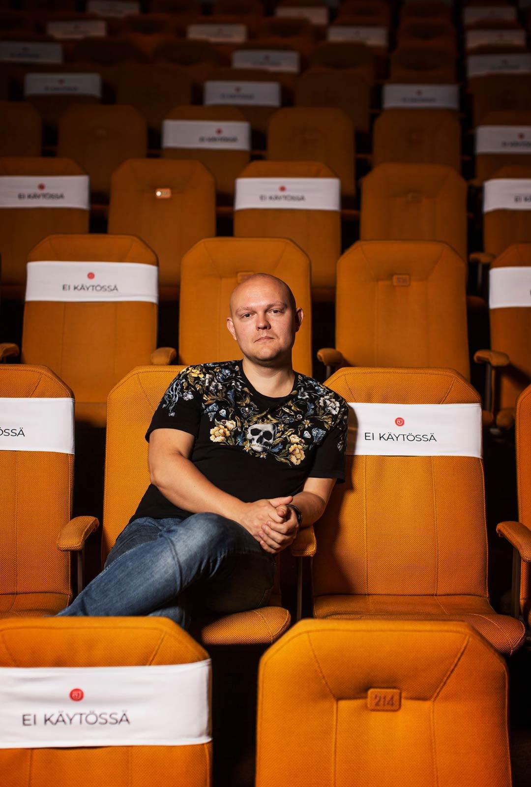 Korona on koetellut myös henkilökohtaisesti ohjaaja Samuel Harjannetta, joka asuu Tanskassa, mutta työskentelee pääosin Suomessa. Reissaaminen kotiin on onnistunut korona-aikana vain kerran.