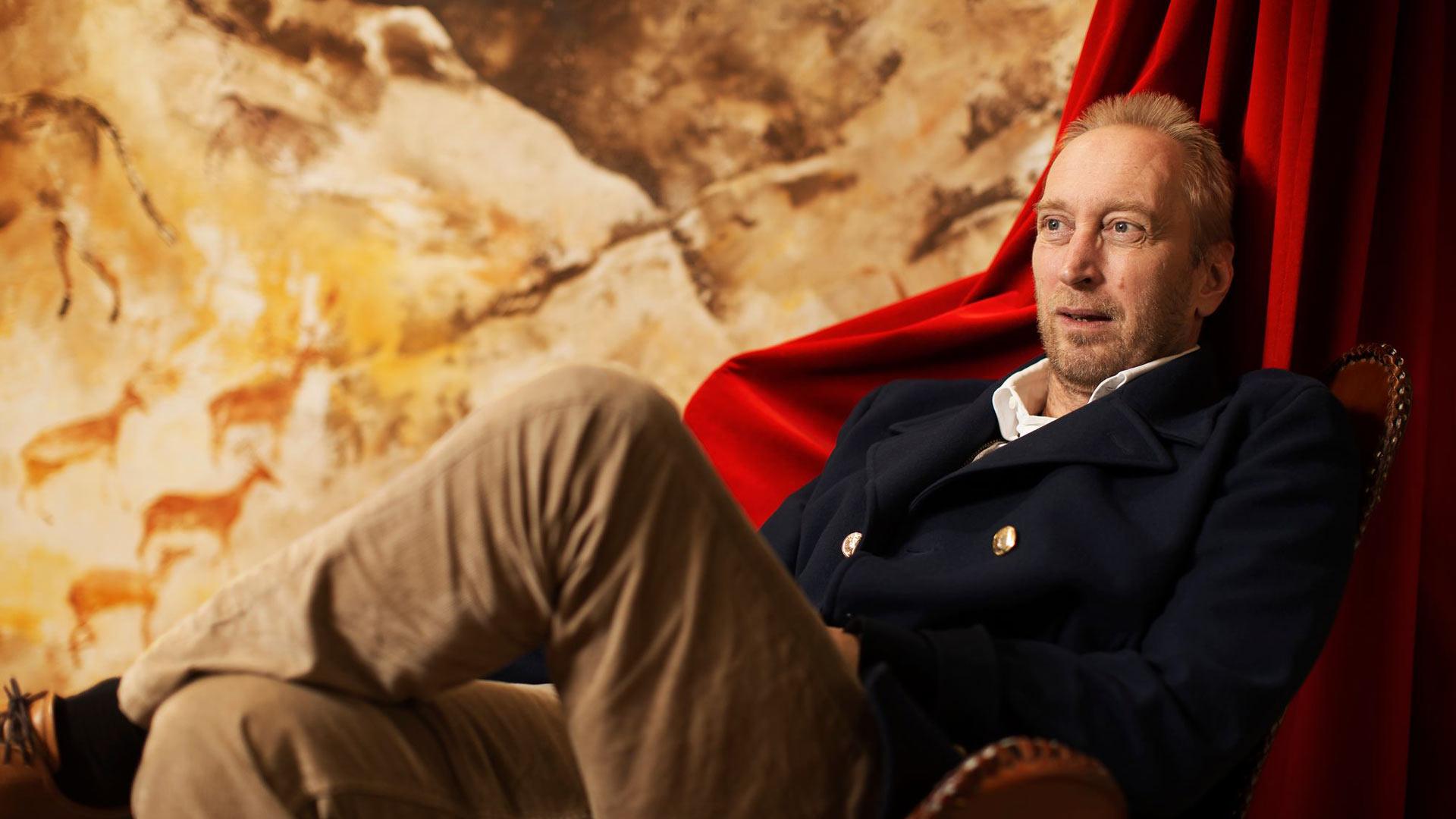 Teatterinjohtaja Otso Kauton työhuoneessa on työpöydän lisäksi punainen nojatuoli ja riippumatto. Maaliskuun alusta lähtien työajasta leijonanosan ovat vieneet korona-asiat, eikä teatterinjohtajalla juuri ole ollut lomapäiviä.