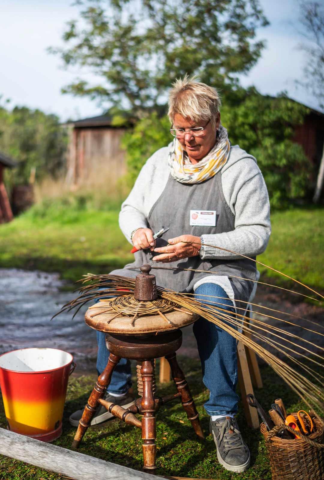 Berit Johansson näyttää kuinka syntyy oolantilainen pajukori.