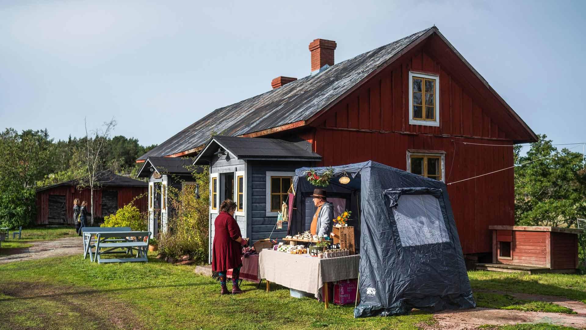 Lähiruokaa saa Ahvenanmaalla kaikkialla, myös Lumbarbyn Ollasin tilalta.