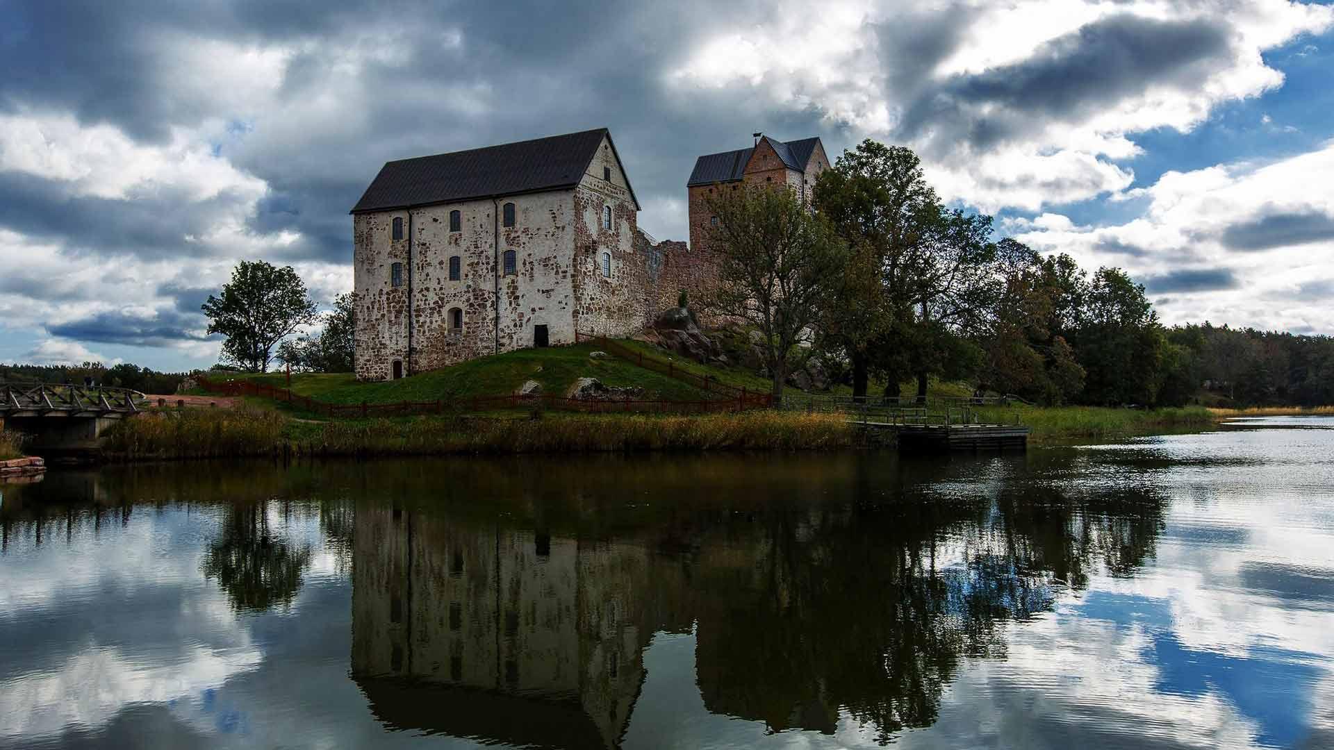 1380-luvulla perustettu Kastelholman linna on yksi maakunnan päänähtävyyksistä. Sen siimeksessä on Micke Björklundin luotsaama makukylä Smakby.