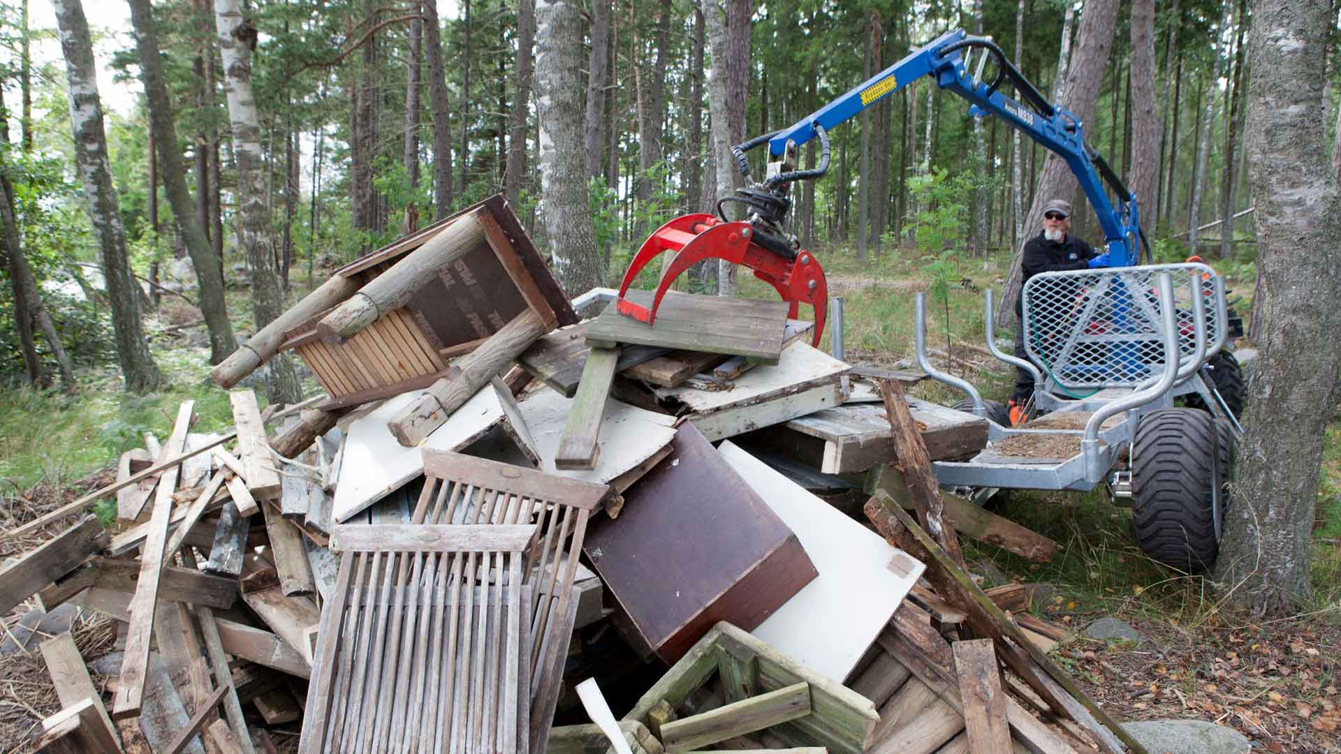 Totte Kautonen kerää telttapaikkojen purkamisesta jääneitä tavaroita. Tavarat kasataan jätelavoille ja kuljetetaan mantereelle.