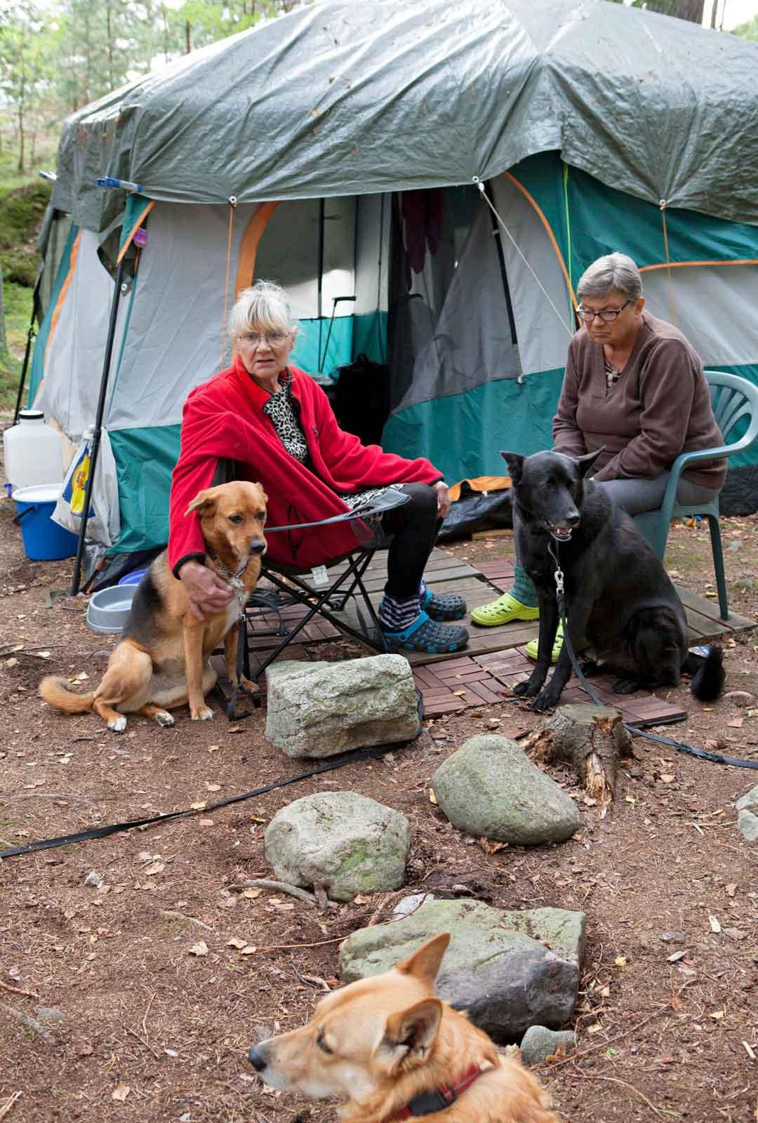 Helena Wagner (oik.) on tullut auttamaan Merja Könöstä purkamaan telttapaikkaa. Yli viisikymmentä vuotta saaressa telttaillut Könönen jää kaipaamaan saaresta erityisesti ihania ihmisiä.