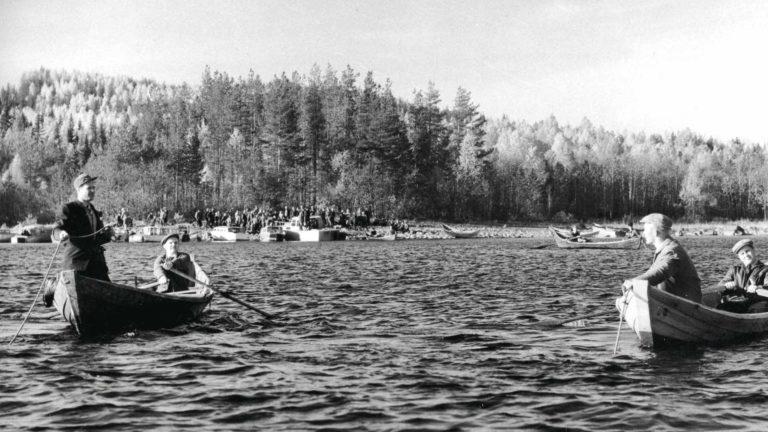 Paalasmaan onnettomuuden uhreja naarattiin Pielisestä koko maanantaipäivän. Veneitä oli vesillä kymmenittäin.