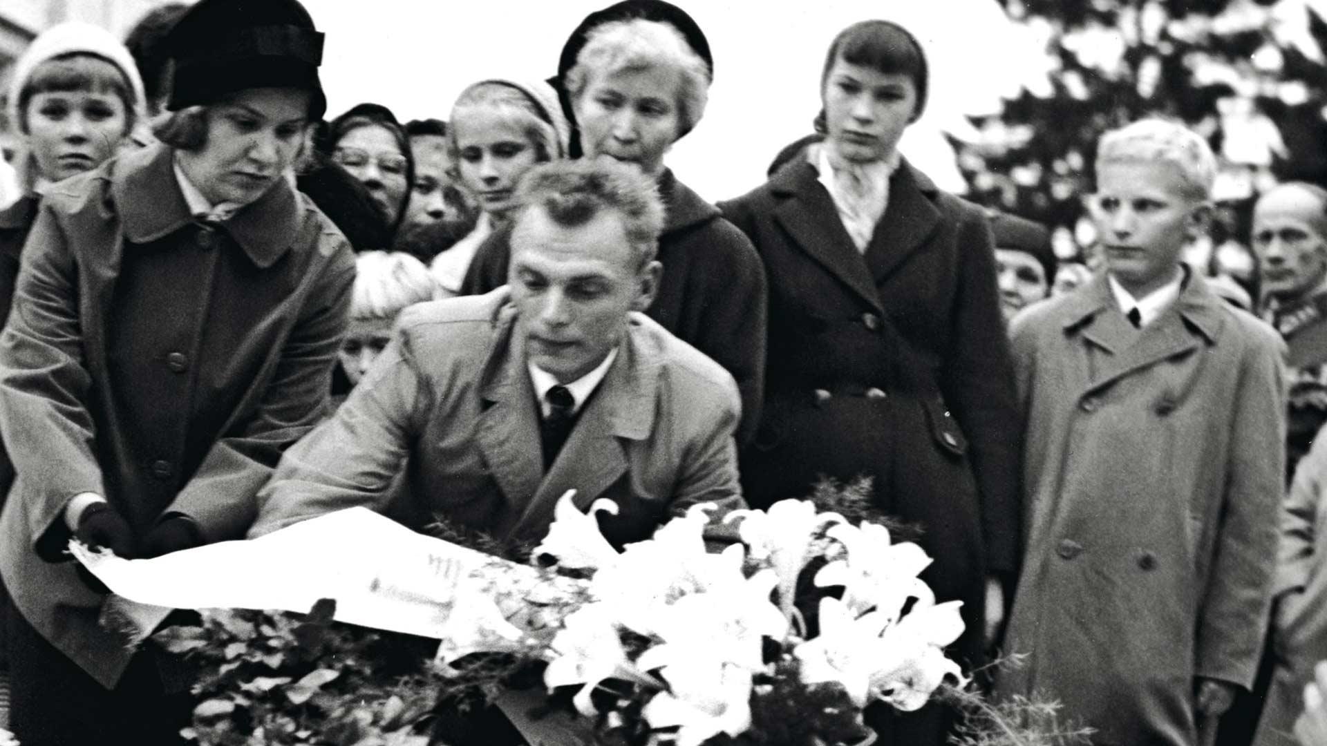 Onnettomuudesta pelastuneet laskivat seppeleen ystävilleen. Kuvassa Marja-Leena Hiljanen, Aarne Nurmela, Elsa Nevalainen, Ritva Vuoripuu ja Raimo Gröhn.