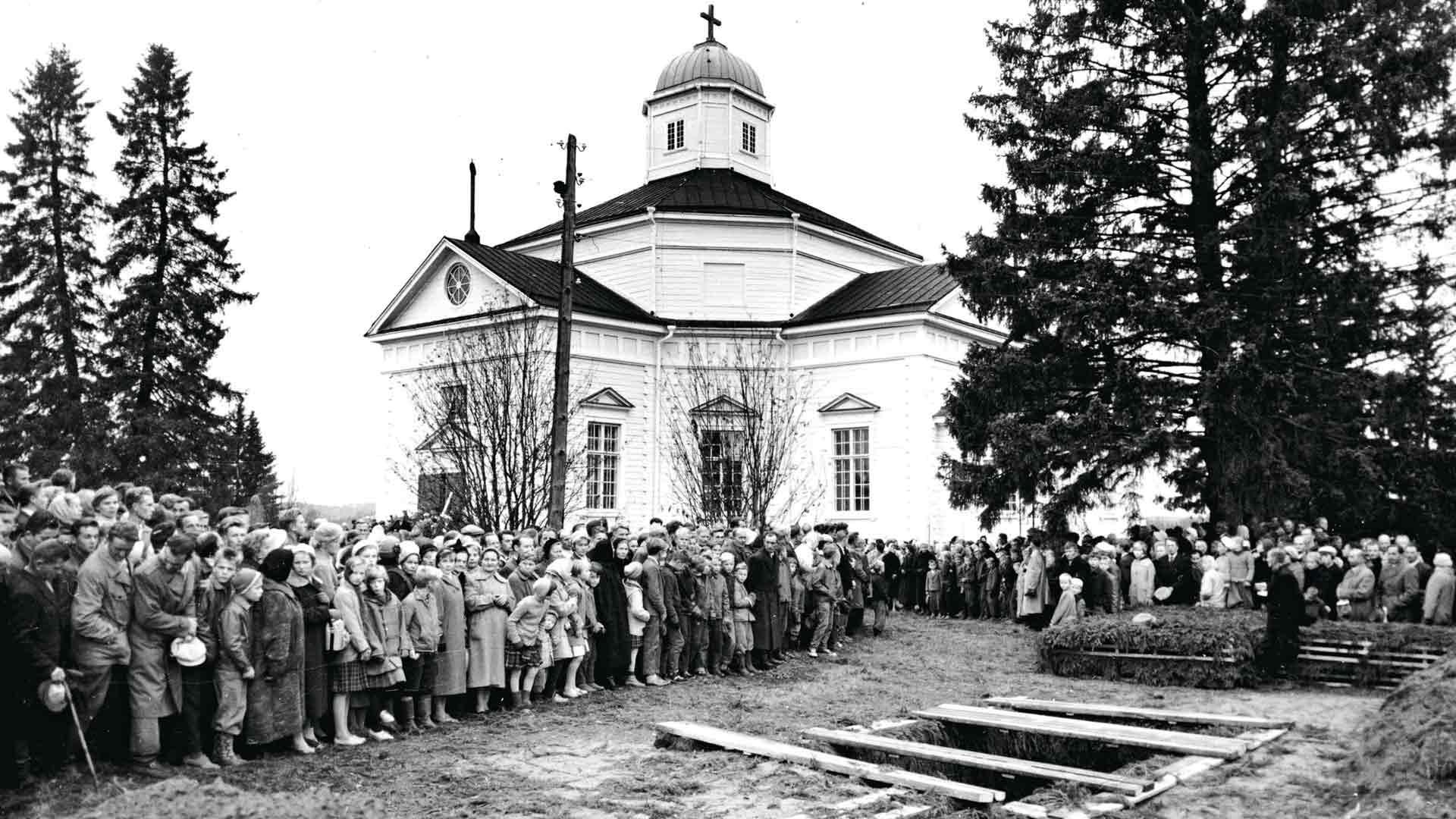 Veneonnettomuuden nuoret uhrit haudattiin Juuan kirkkomaahan lokakuun 16. päivänä vuonna 1959.