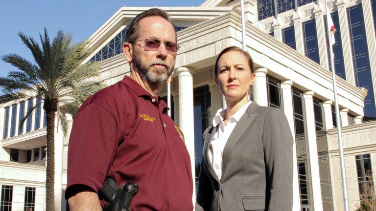 Floridan kova laki.Kuvassa etsivä Bobby Bowers ja syyttäjä Janeen Kirch.