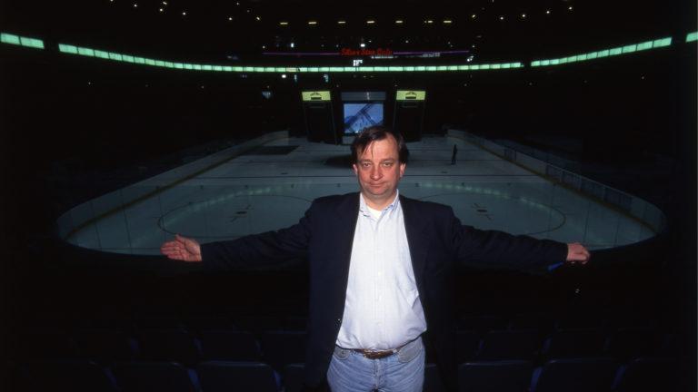Liikemies Hjallis Harkimo osti Jokerit Kalervo Kummolalta. Kuvassa Harkimo poseeraa Hartwall Arenalla, josta tuli Jokereiden kotihalli valmistumisvuonnaan 1997.