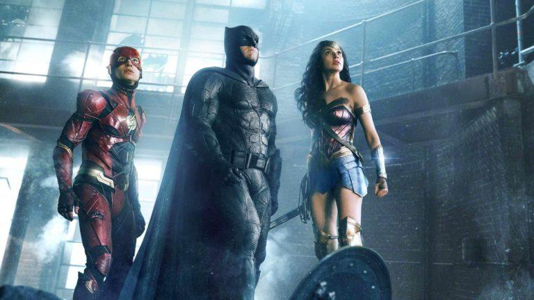 Flash (Ezra Miller), Batman (Ben Affleck) ja Wonder Woman (Gal Gadot) ovat valmiina taisteluun elokuvassa Justice League.