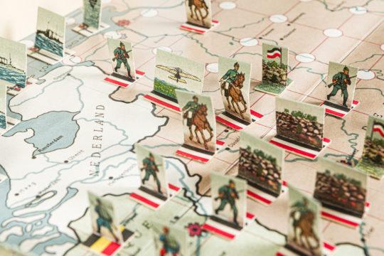 Maailmansota läntisellä sotanäyttämöllä julkaistiin jo ensimmäisen maailmansodan alkamisvuonna 1914.