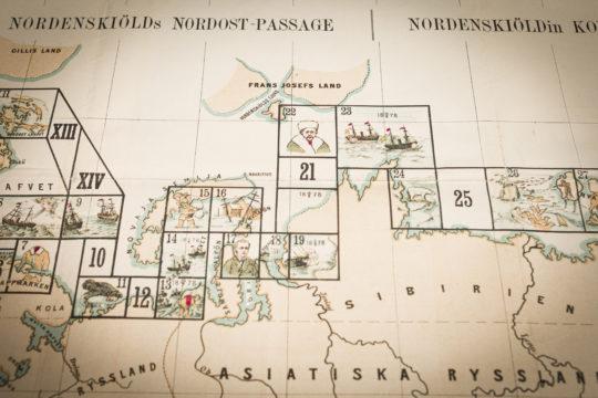 Suomalaisen tutkimusmatkailijan A.E. Nordenskiöldin kuuluisinta retkeä käsittelevä Nordenskiöldin Koillis-väylä (1878–1879) -peli julkaistiin jouluksi 1879 – neljä kuukautta ennen kuin retkikunta oli palannut matkaltaan.