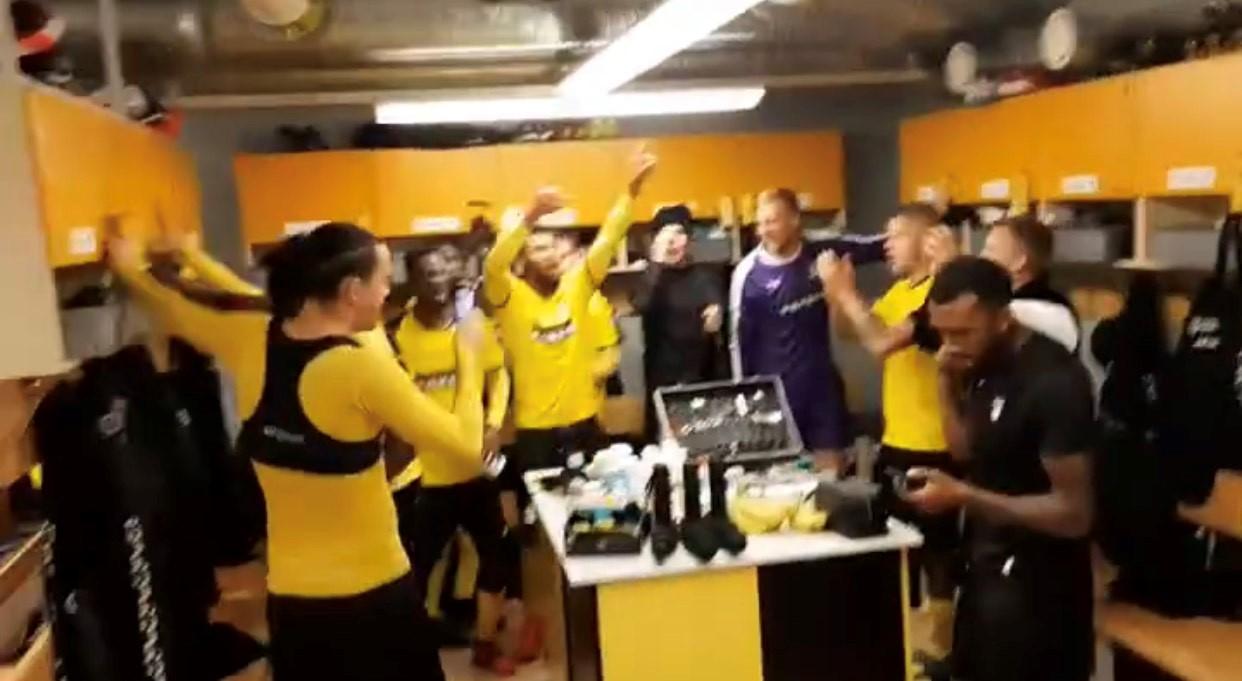 KuPSin pelaajat tuulettivat voittoa seuran julkaisemalla somevideolla. Ruutukaappaus.