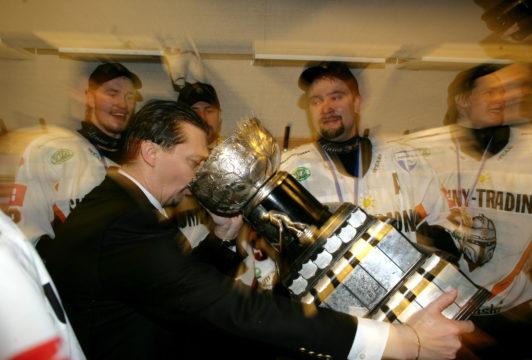 Himoittu hörppy Liigan mestaruuspokaalista keväällä 2006. Asialla HPK:n mestaruuskauden valmentaja Jukka Jalonen.