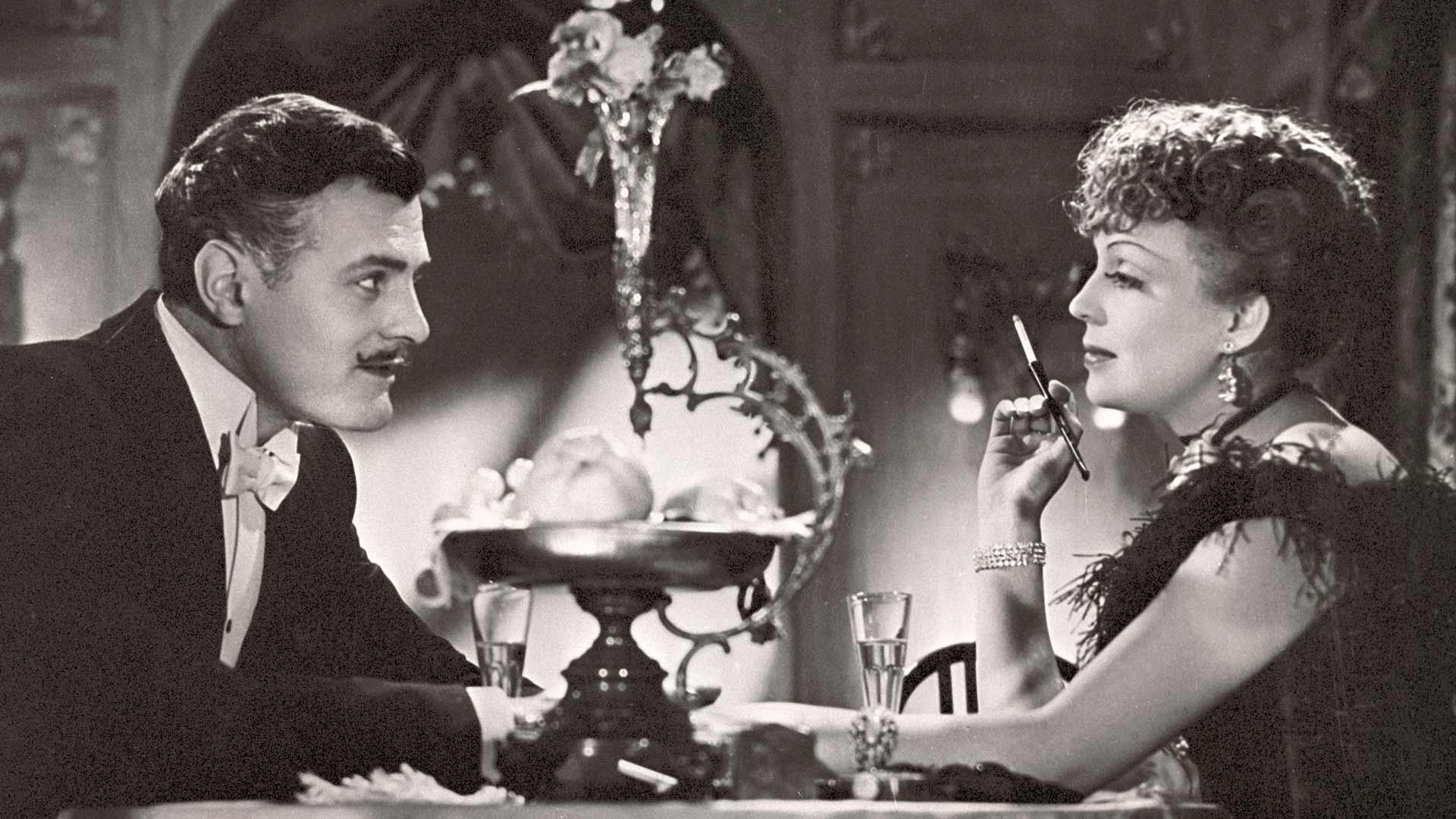Kuvassa Auli Ranta (Helena Kara) ja kirjailija Arvo Helavalta (Tauno Palo) elokuvassa Valkoiset ruusut.