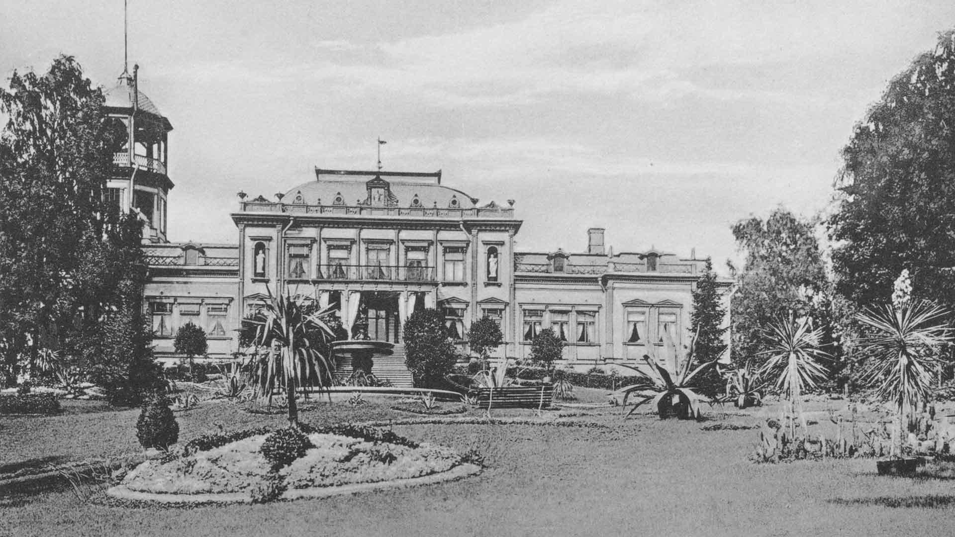 Karlbergin kartano paloi talvella 1928. Funkkistyylinen hotelli nousi samoille sijoille vuonna 1938. Standerskjöldin ajoilta on jäljellä Kavaljeeri-vierastalo.