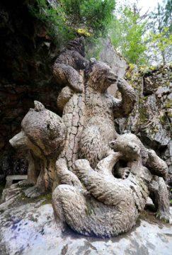 Karhuperheveistos on kuvanveistäjä Robert Stigellin käsialaa.