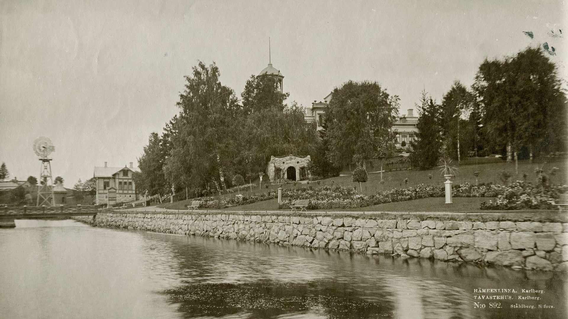 Karlbergin kartanon puutarha oli näyttävä. Joka kevät sinne istutettiin yli 100 000 omissa kasvihuoneissa kasvatettua kukantainta.