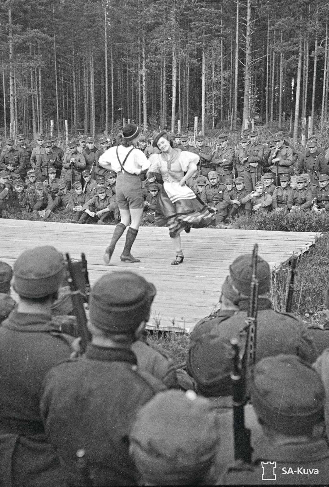Näytösluontoinen tanssi oli hyväksyttävää huvia. Tässä sotilaita viihdytetään Joutselässä 27.9.1941.