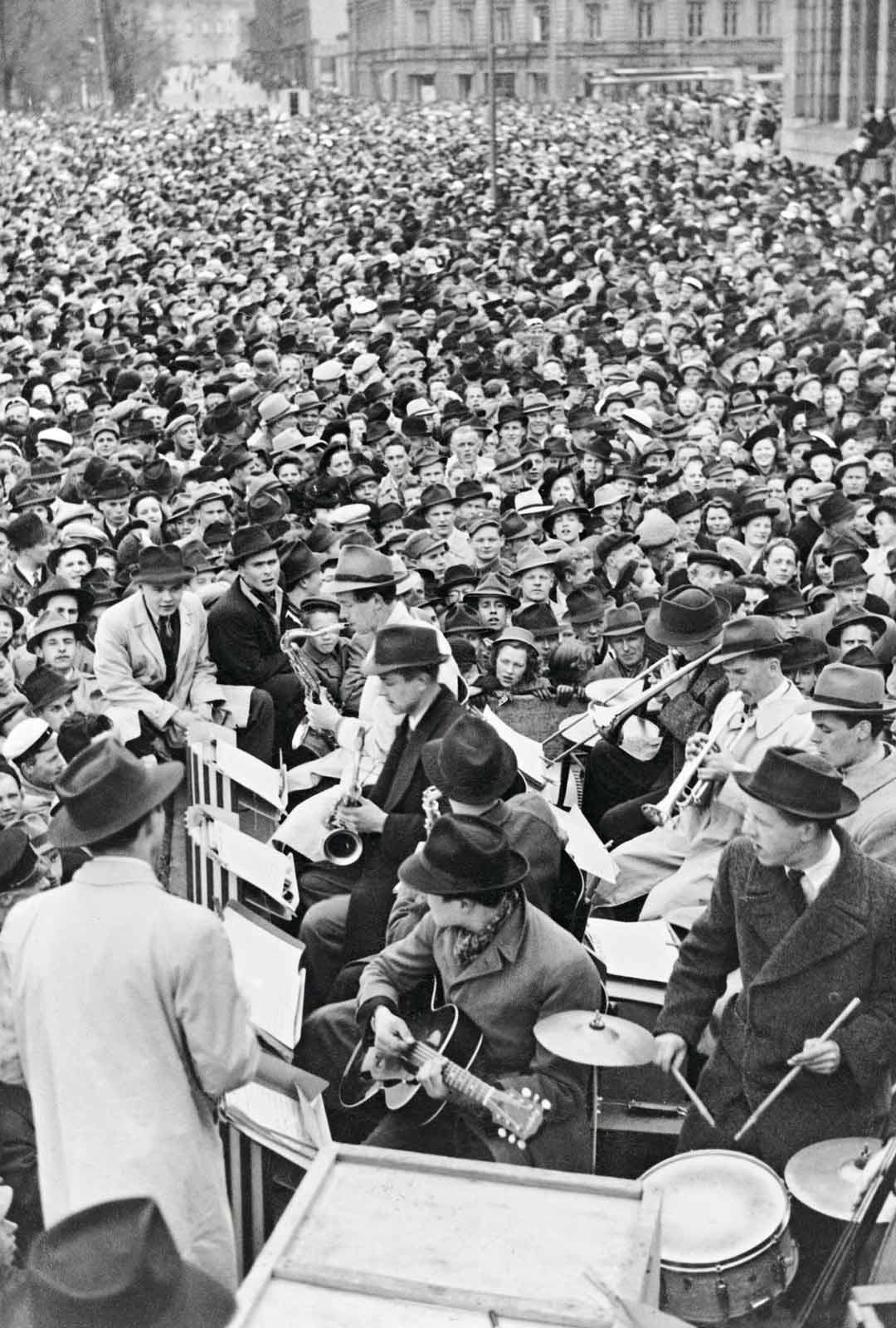 Tanssiminen sallittiin hyvistä ja siveellisistä syistä. Esimerkiksi toisen maailmansodan päättymistä juhlittiin tanssien Helsingin rautatientorilla 10.5.1945.