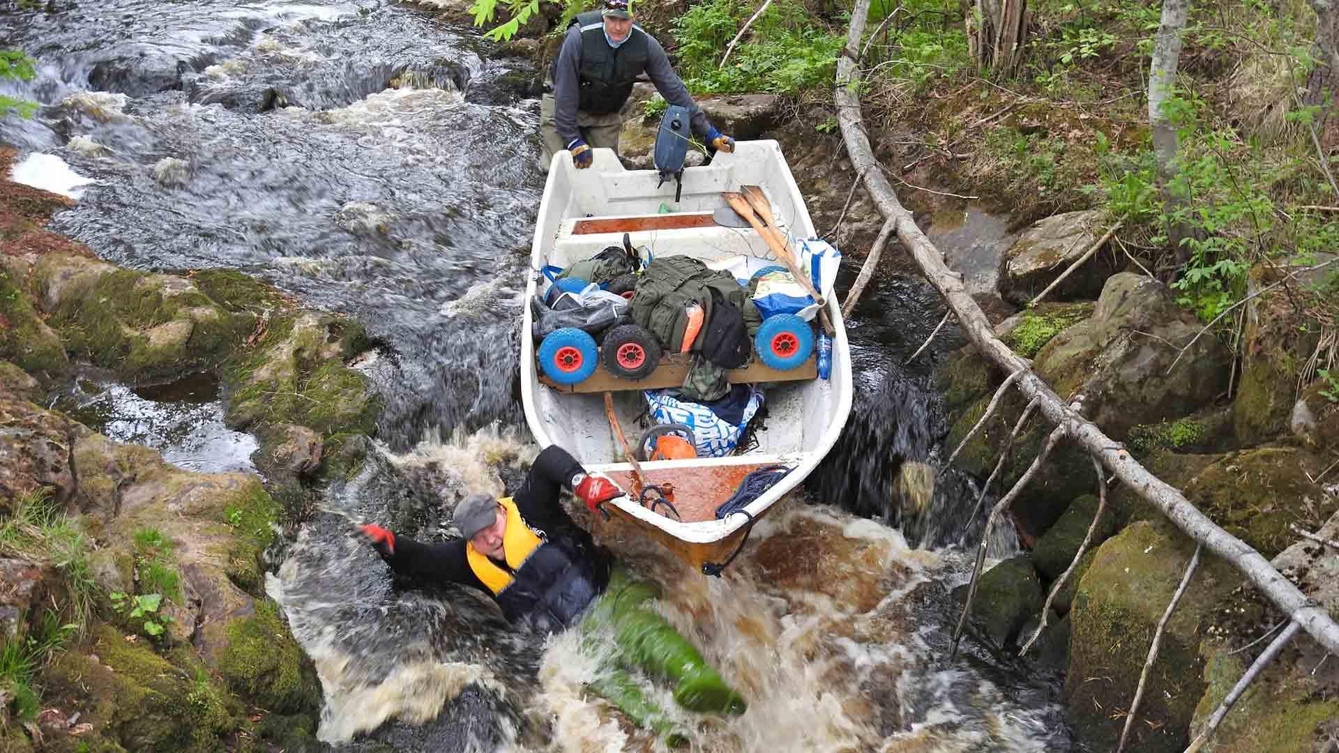 Särki-veneen uittaminen läpi pikkukoskien ei onnistunut haavereitta. Christian Rönnbacka kastautui Alajärvellä.