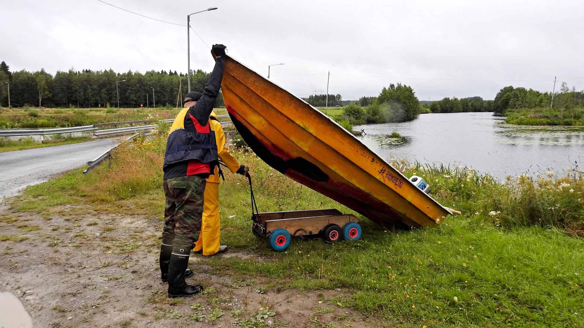 Särki vedettiin voimaloiden ohi ja maakaistaleiden yli Lars Candolinin kalakaverin valmistamalla kärryllä.
