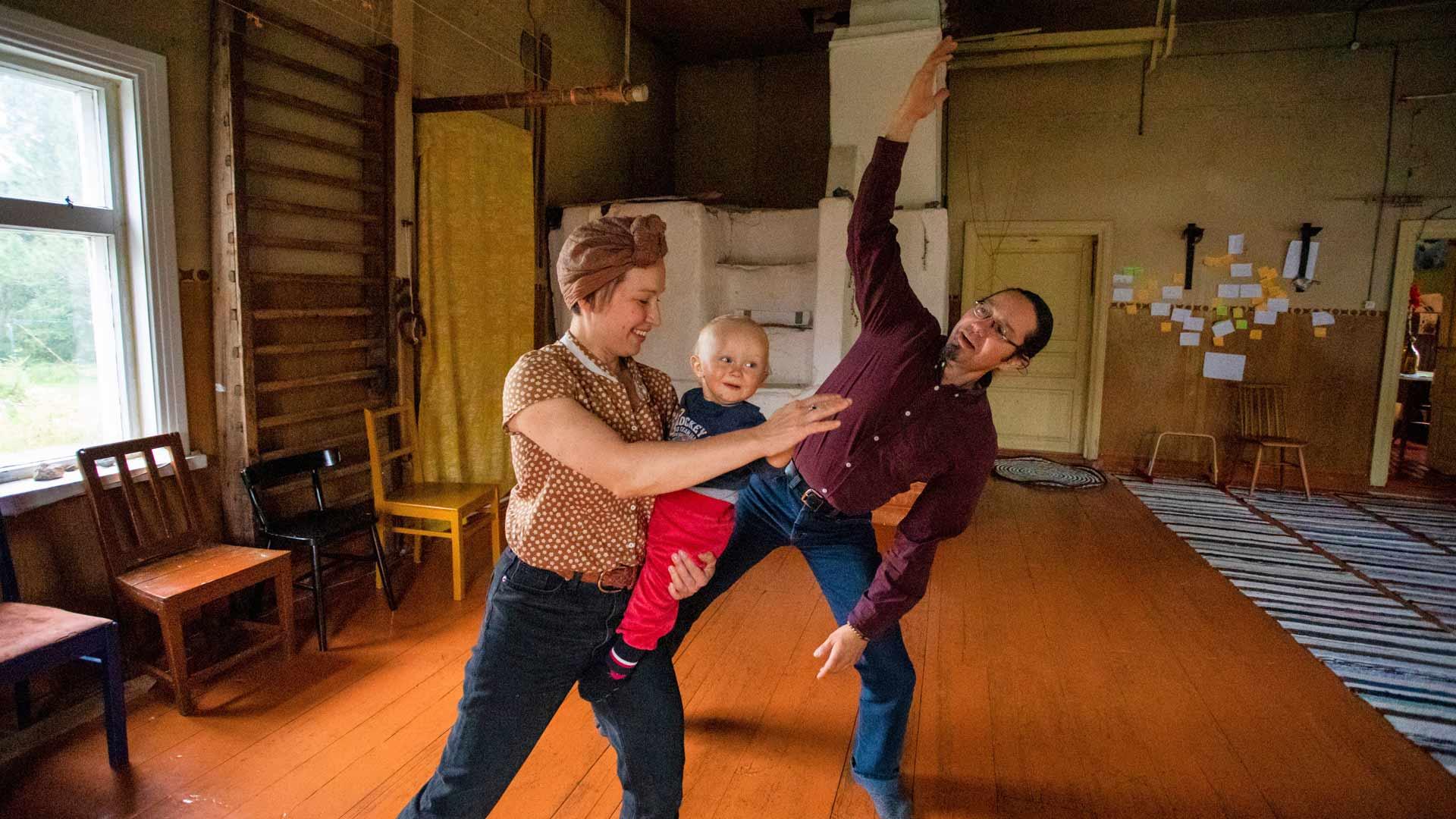 Maija Tuomi ja Jukka Ristolainen tuovat nykytanssikulttuuria maaseudulle. Kaukaisimmat tanssitaiteilijat ovat tulleet residenssiin Japanista ja Uudesta-Seelannista.