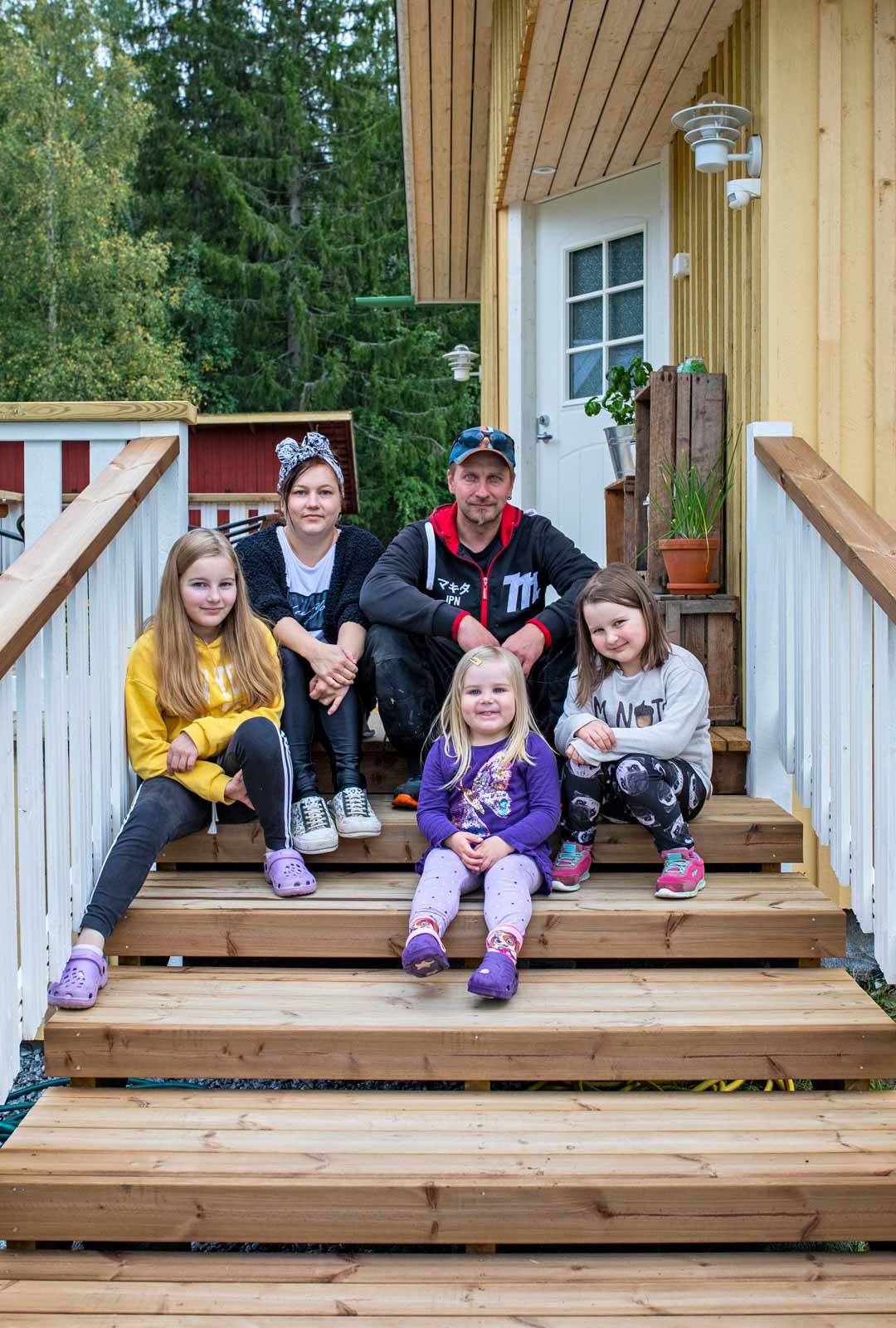 Venla Laitinen, Mari Hokkanen, Vesa Laitinen, Viivi Laitinen ja Vilma Laitinen asuvat nyt aiempaa lähempänä tarpeellisia palveluita ja sukulaisia. Mari käy töissä Kangasniemellä, Vesa Mikkelissä ja eri puolilla maakuntaa.