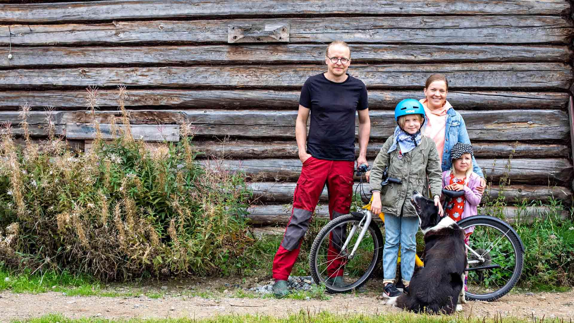 Tuomas Laitinen, Friida Juntunen, Maisa Juntunen ja Tilda Juntunen elävät maaseudulla omannäköistä elämää. Nami-koira auttaa lehmien paimentamisessa.