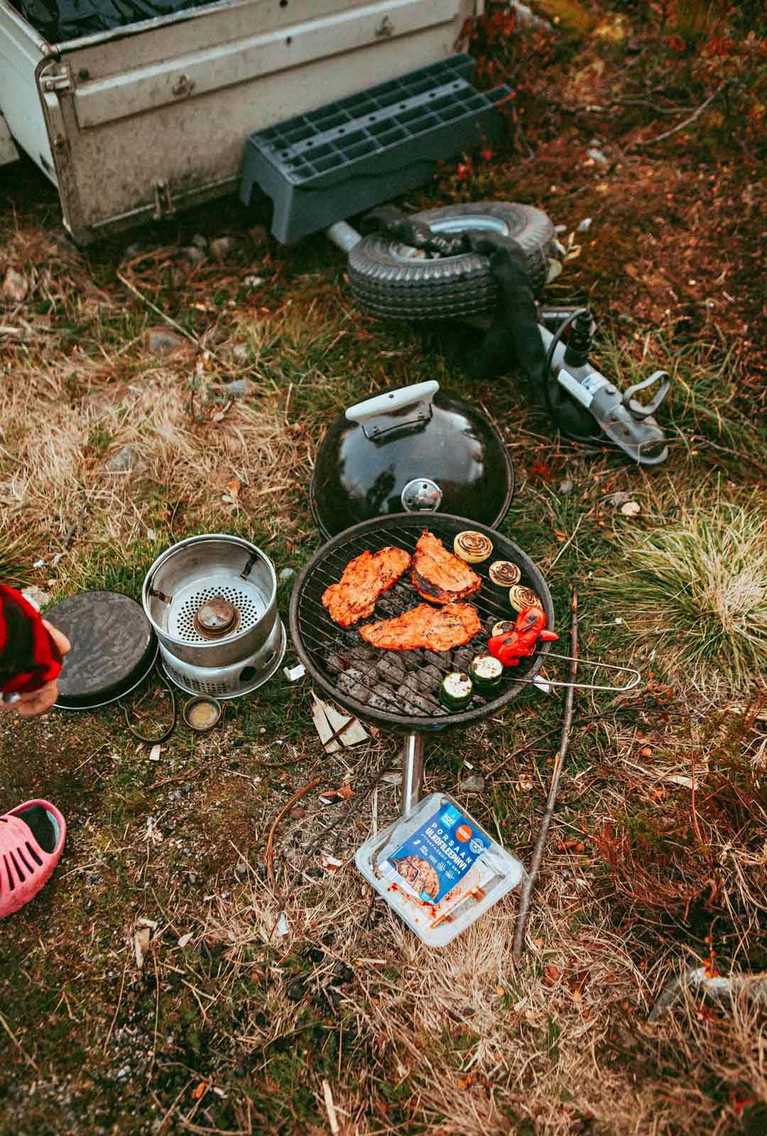 Ruskaretkelle saatiin mukaan myös telttasauna ja grilli, kun hippipakun perään pistettiin Millan isovanhempien vanha peräkärry.