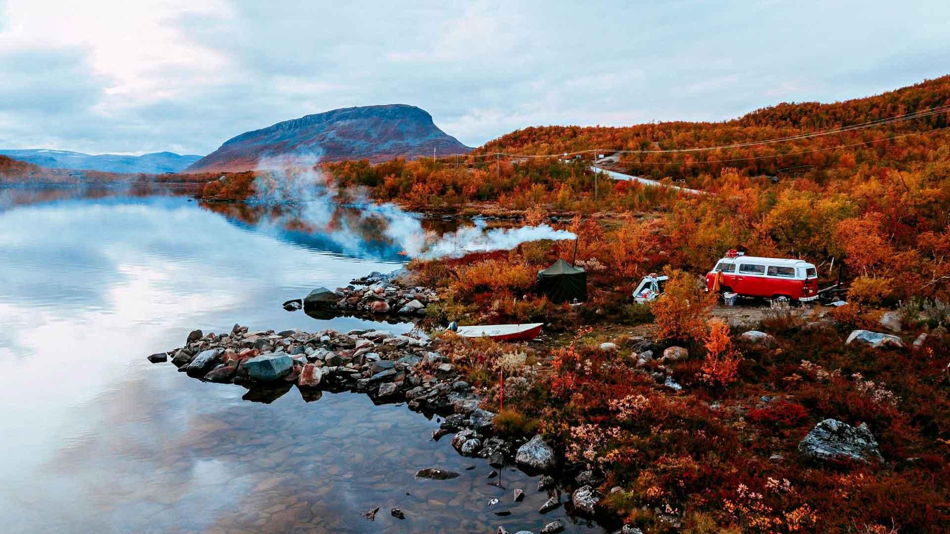 Kilpisjärven rannalta veneenlaskupaikan vierestä löytyi sopivasti tilaa autolle ja telttasaunalle.