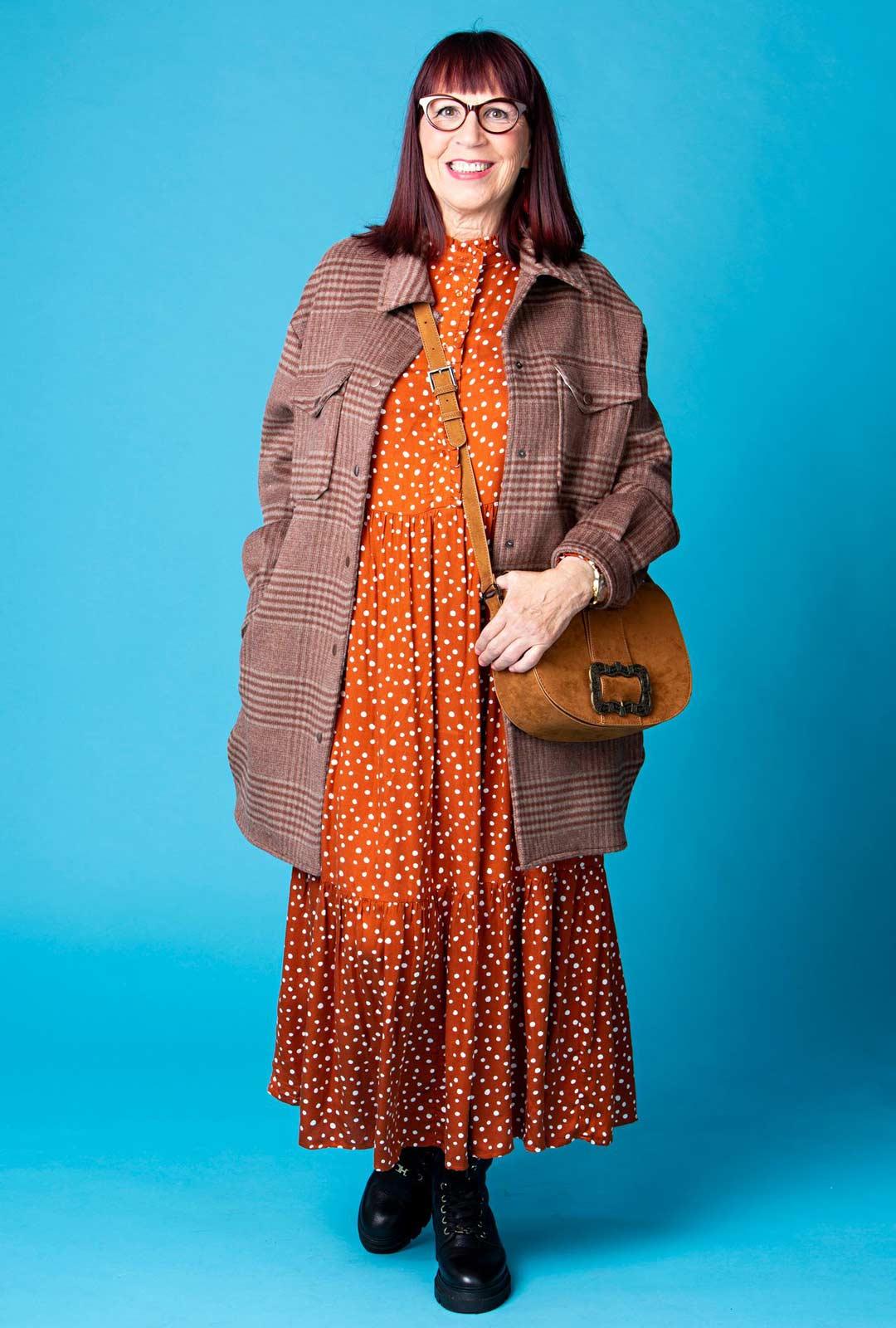 Ylisuuri sopii pitkälle naiselle. Syksyn uutuus, jättipaitaa muistuttava takki tuo mieleen metsurin pusakan. Rentoon tyyliin sopivat takin alta näkyvät mekon helmat.