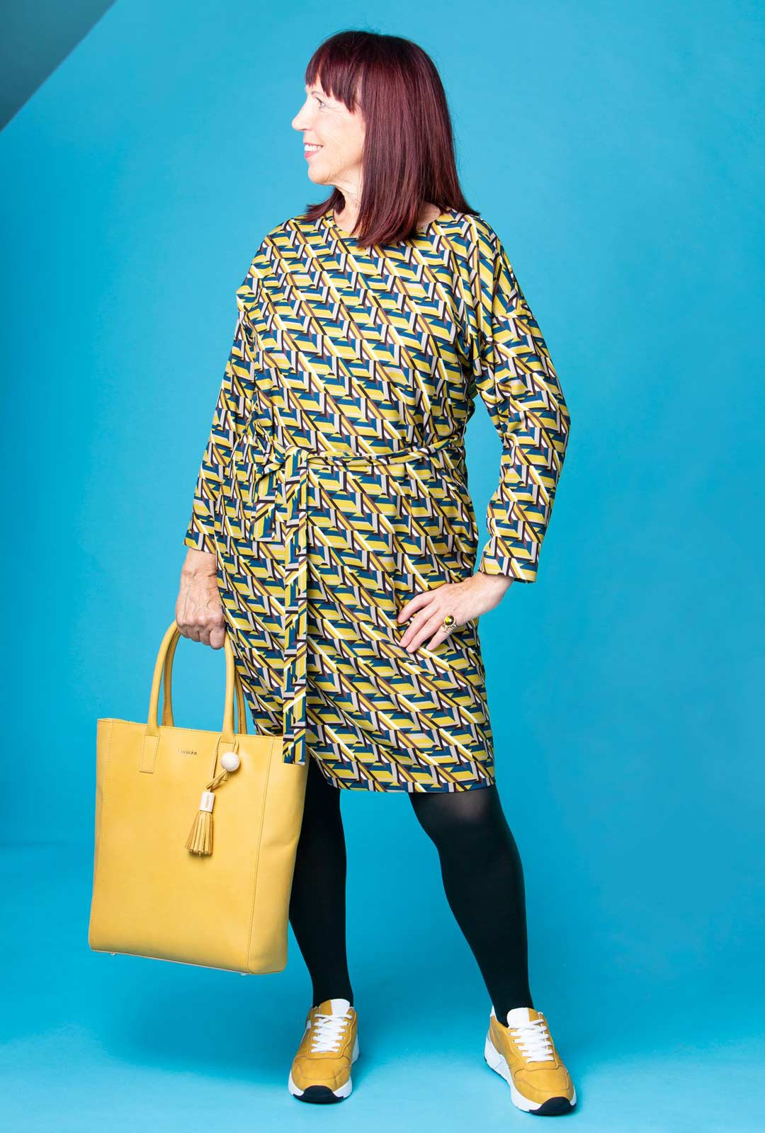 Mekko on naisen uniformu siinä missä puku miehen. Se nopeuttaa aamulähtöjä, kun ei tarvitse miettiä yhteensopivia ylä- ja alaosia. Asusteiden värityskin löytyy mekon kuvioista.
