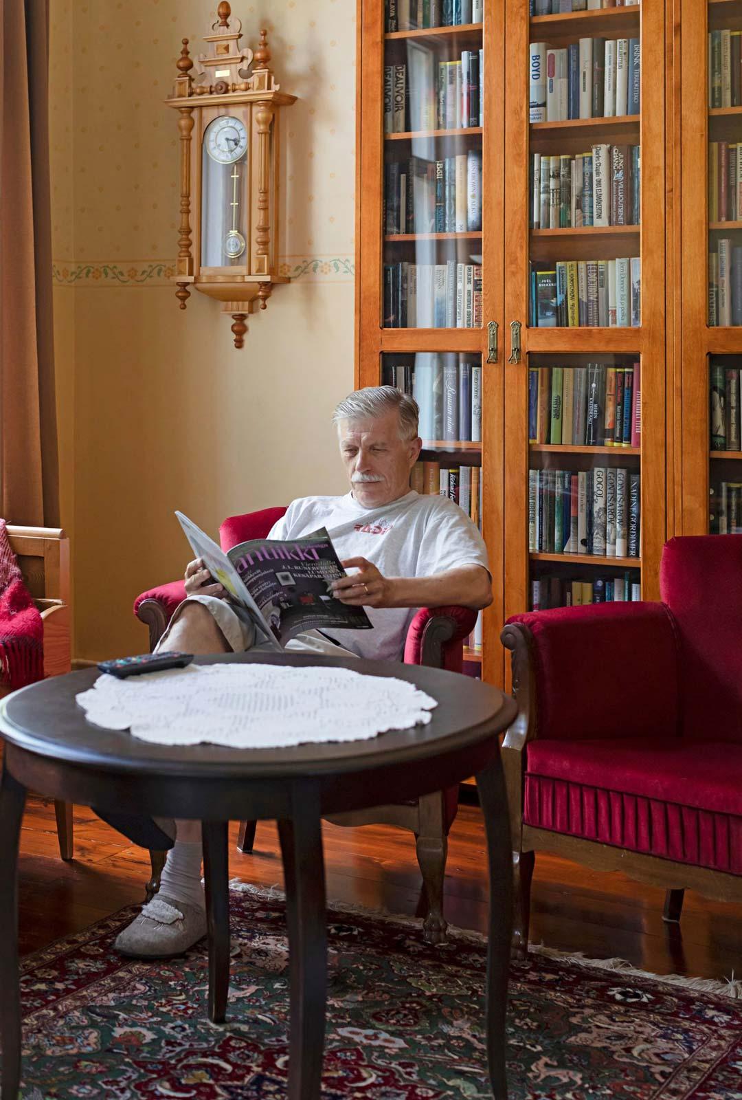 Kirjastohuone on Paavon lempipaikka.