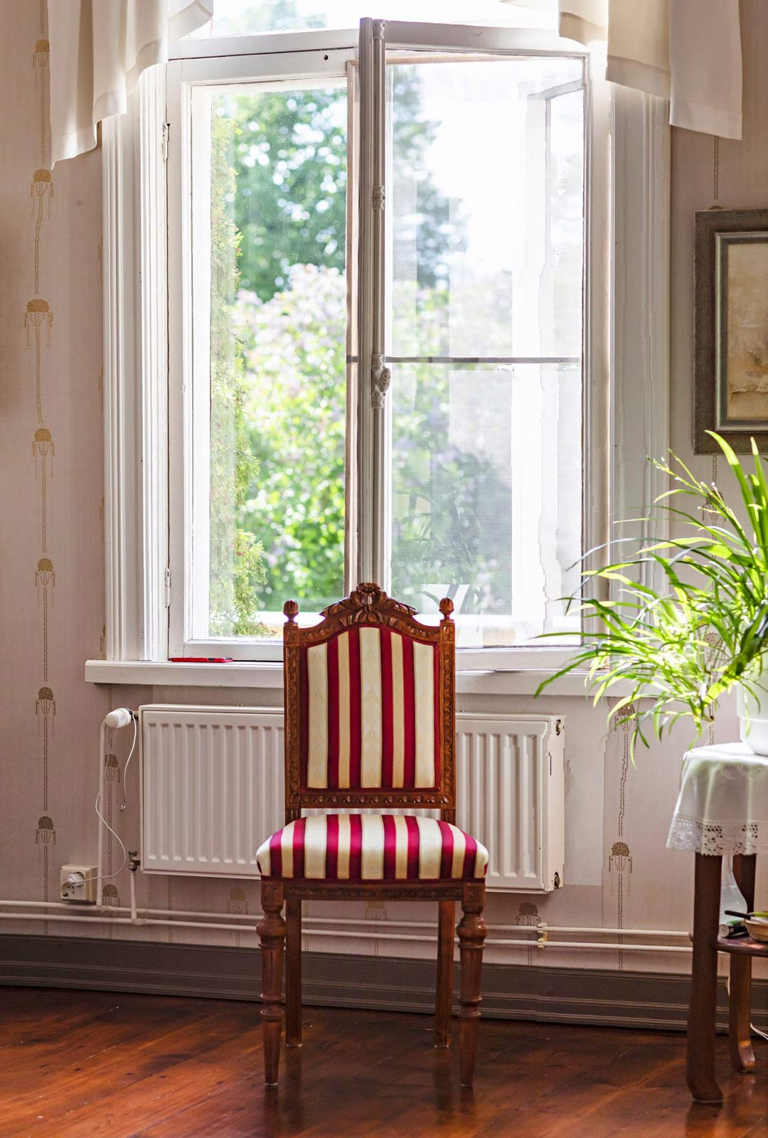 Tuoli on alunperin 1800-luvulta. Se on Marjalle rakas muisto isoisästä, jolla oli ennen sotia pieni huonekaluliike Inkeroisissa.