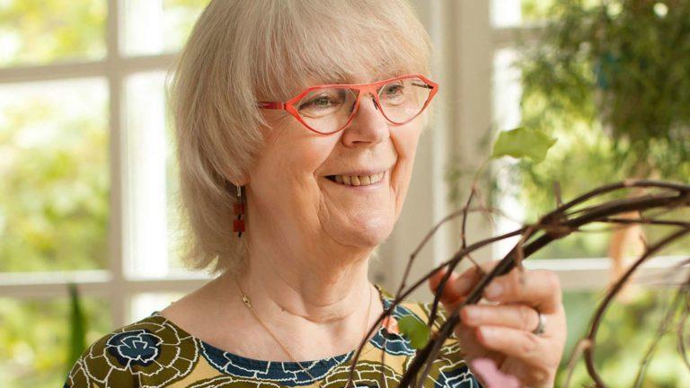 Ihmeköynnös on päässyt Marjatta Junkkaalan kodissa kunniapaikalle lasiverannalle.