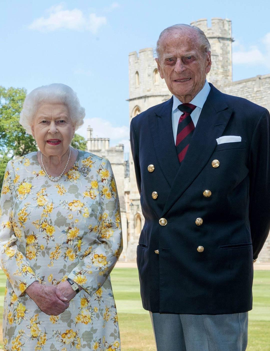 Kuningatar ja hänen prinssinsä poseerasivat viime kesäkuussa Philipin 99-vuotispäivien aattona Windsorin linnan sisäpihalla.