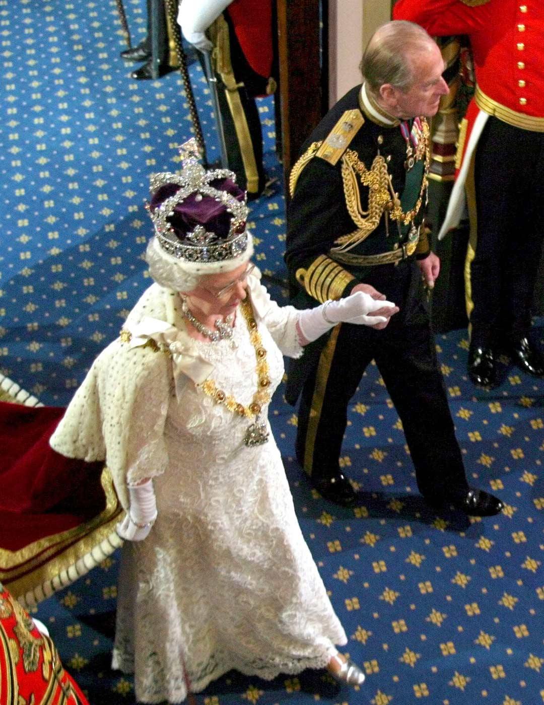 Edinburghin herttuan prinssi Philipin tärkeimpiä tehtäviä on tukea vaimoaan tämän vaativassa tehtävässä. Kuva parlamentin avajaisissa marraskuussa 2003.