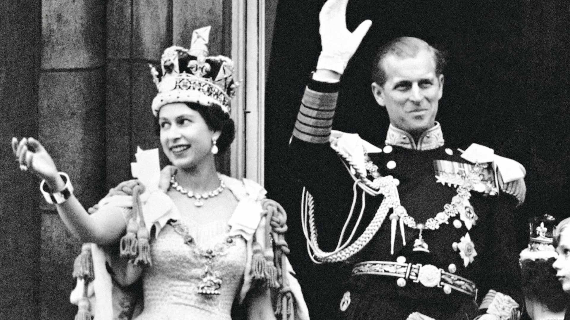 Kuningatar Elisabet kruunajaisissaan vuonna 1953 vierellään Edinburghin herttua Philip. Elisabet antoi miehelleen prinssin arvon vuonna 1957.