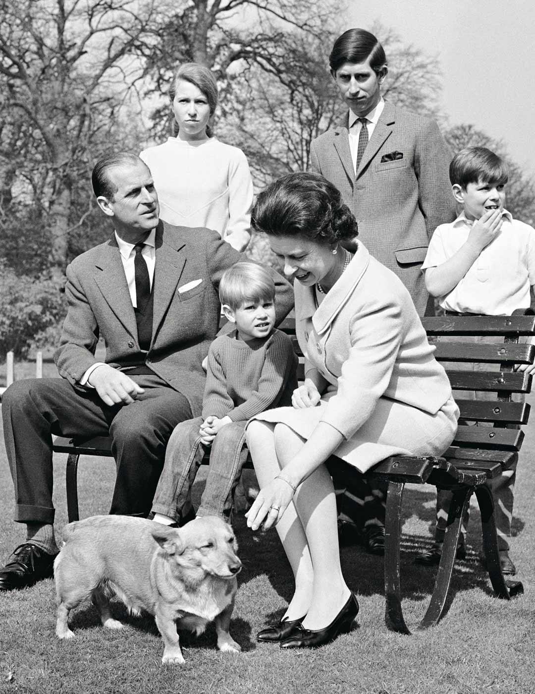Kuninkaallinen perhe vuonna 1968. Istumassa Edinburghin herttua, prinssi Eward ja kuningatar Elisabet, takana prinsessa Anne, prinssi Charles ja prinssi Andrew.