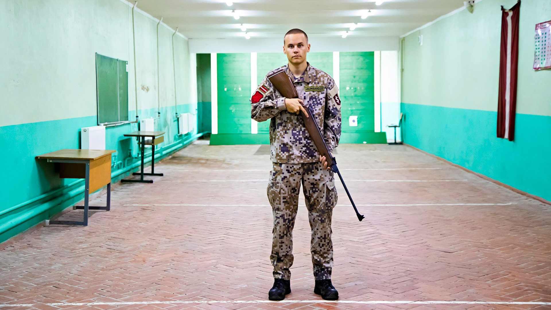 17-vuotias Salvins Eduards Šmakovs valitsi lukion maanpuolustuskurssin saadakseen hyvät lähtöasemat armeijauralle. Vuonna 2024 aineesta tulee pakollinen kaikille.