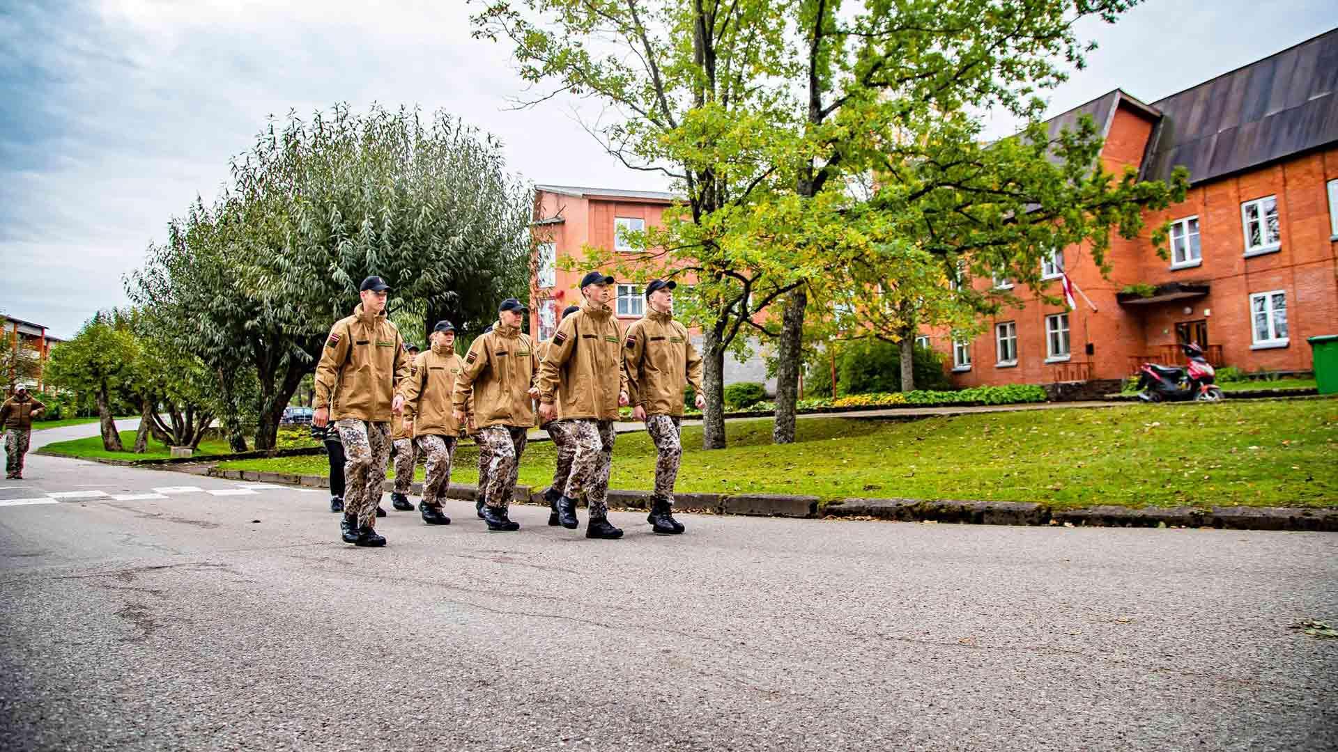 Kalnin lukio otti ensimmäisten joukossa sotilaskoulutuksen opetussuunnitelmaan. Moni on valinnut tämän oppilaitoksen päästäkseen maanpuolustuskurssille.