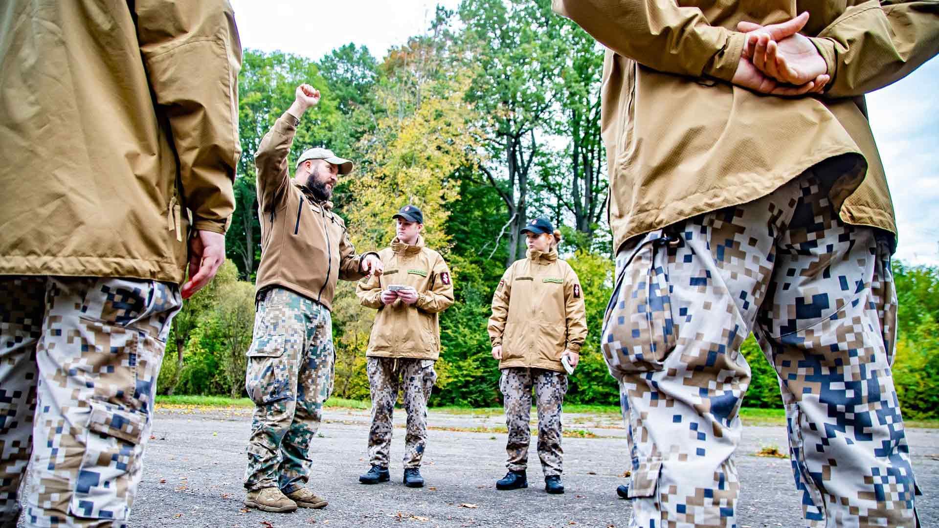 Kurssilaiset joutuvat oppimaan muun muassa länsimaisten sotilasstandardien mukaisia taktisia käsimerkkejä.