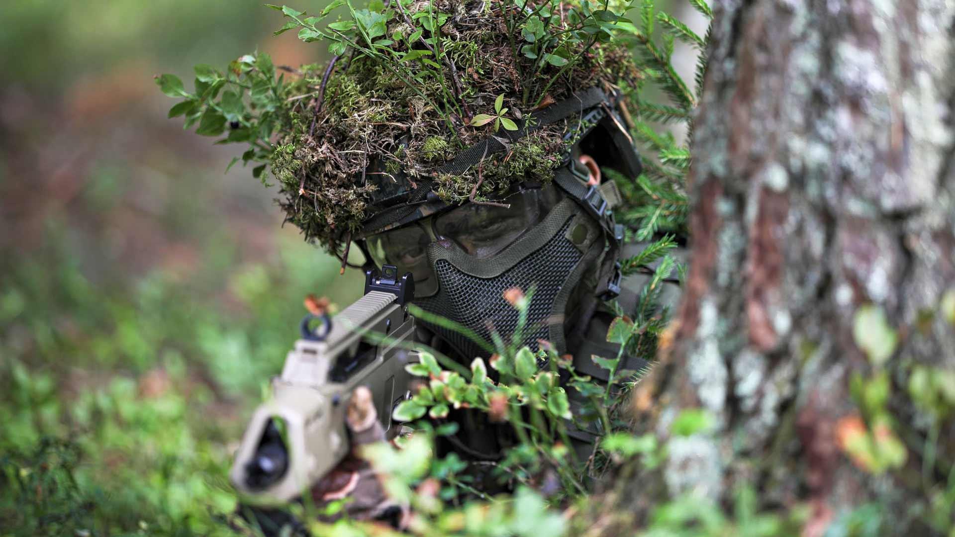Ammattikoulujen ja lukioiden maanpuolustuskoulutus huipentuu vuotuiseen kesäleiriin, jossa opiskelijat osallistuvat harjoituksiin maastossa ja ampumaradalla.