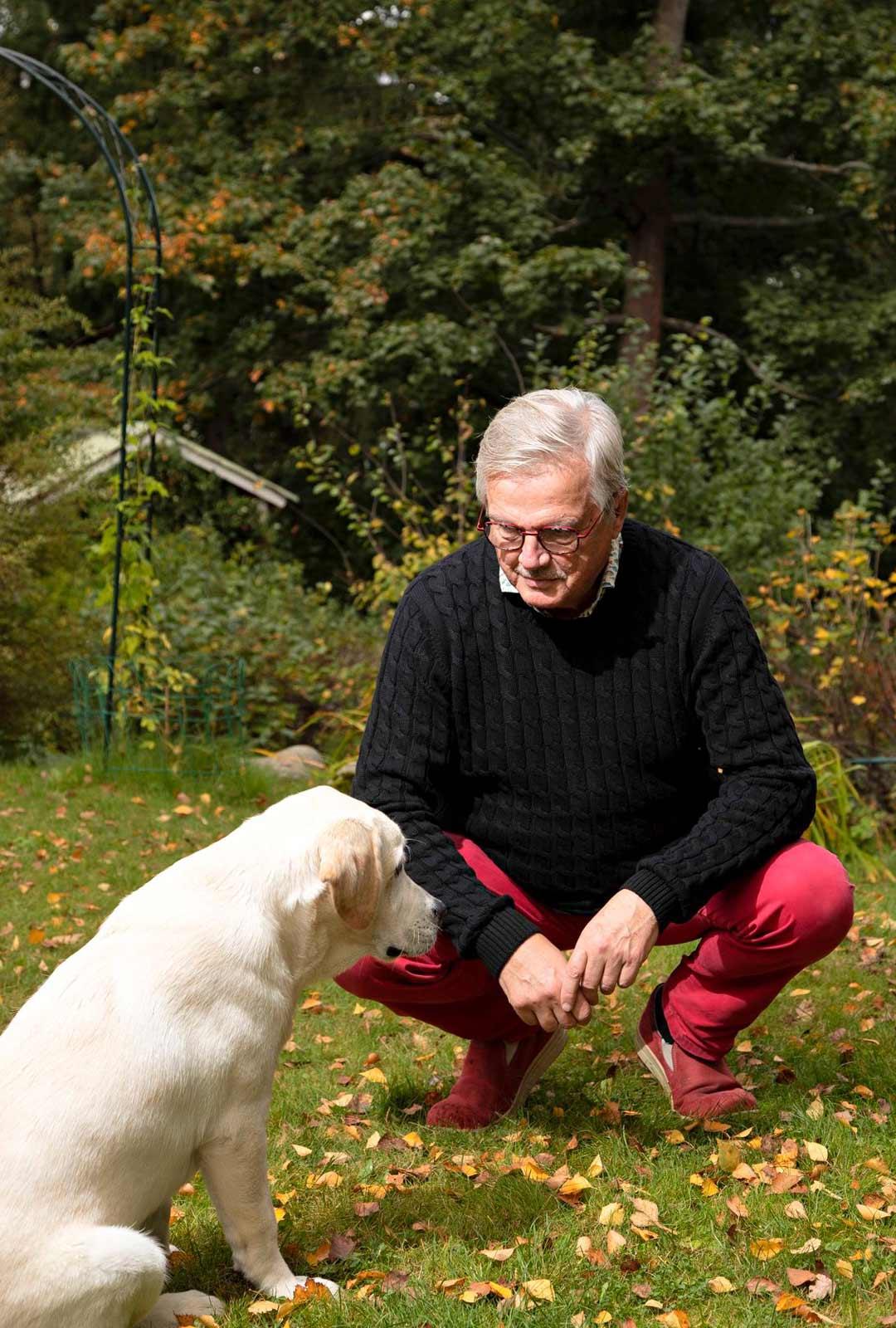 Vaikka Hännisen mietteet ovat usein kuolemassa, ympärillä on paljon elämää. Labradorinnoutajanpentu Jello tuo päiviin uudenlaista sykettä.