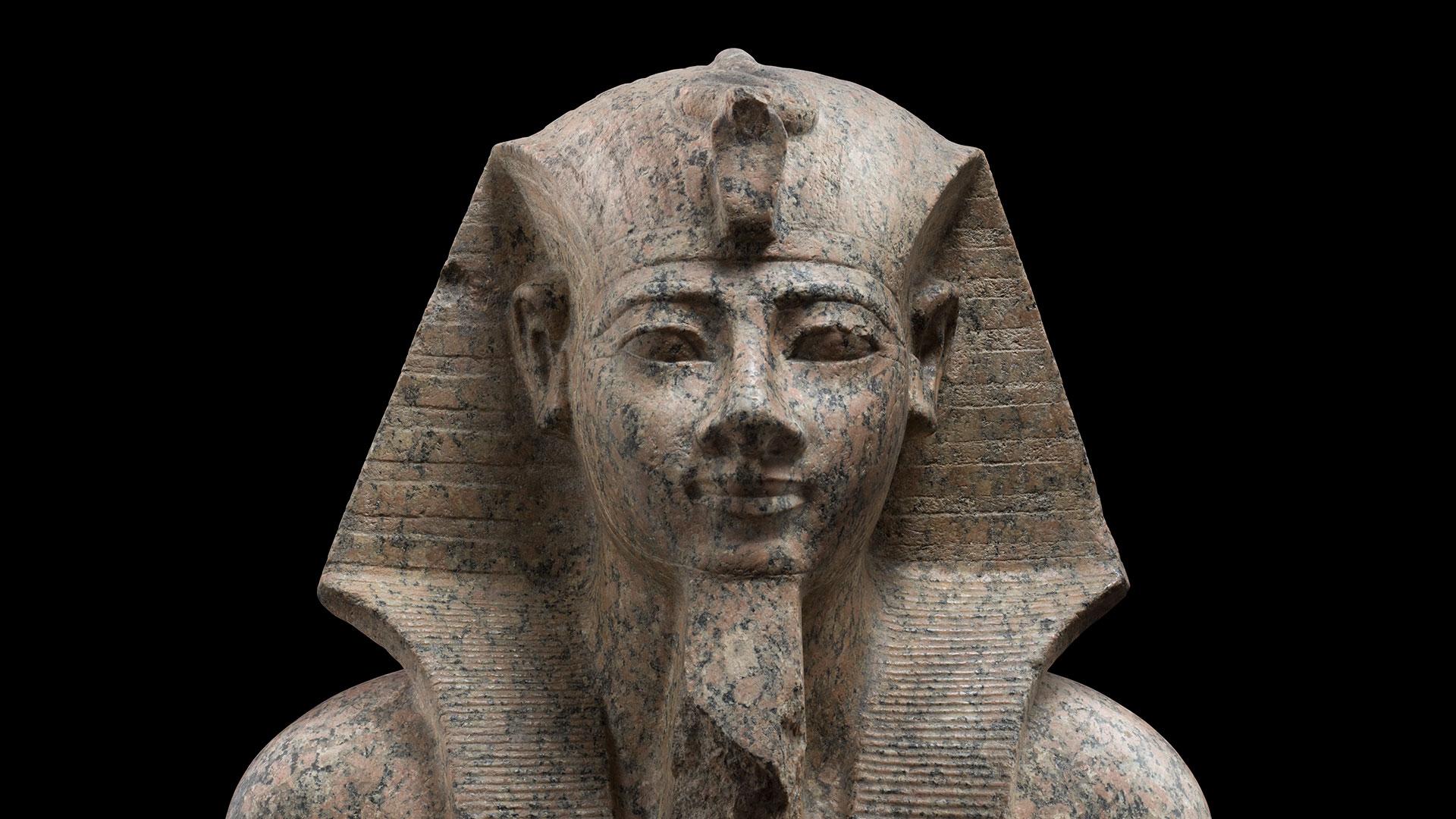 Faarao Amenhotep II:n hallitsi Egyptiä 1427–1401 eaa. Patsas on valmistettu graniitista ja nähtävilää Amos Rex -museolla Helsingissä. Patsas on lainssa torinolaisesta Museo Egizio -museosta.