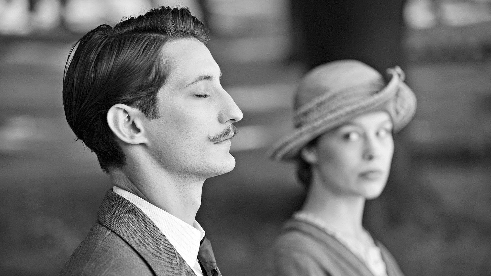 Ranskalainen muusikko Adrien (Pierre Niney) ja saksalainen sotilaan morsian Anna (Paula Beer) kohtaavat elokuvassa Frantz.