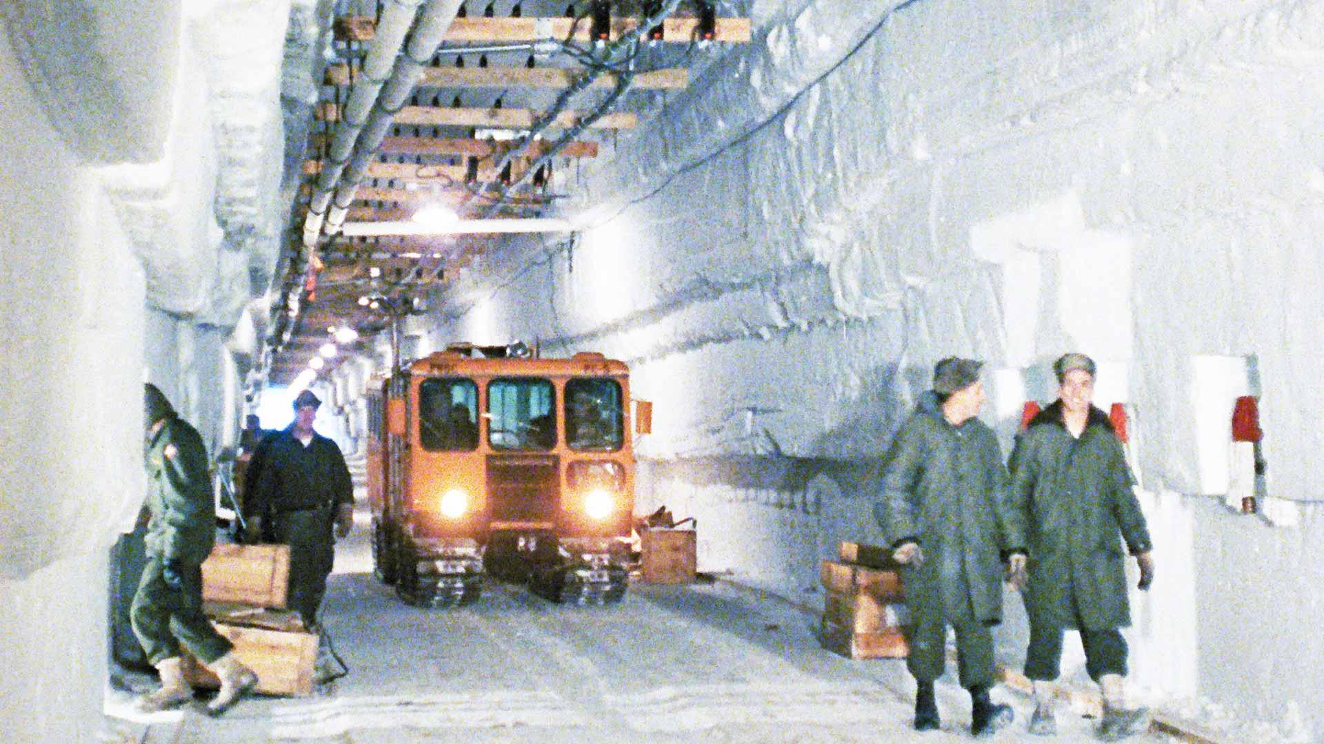 Kun Jäänalainen kaupunki hylättiin, jälkeen jäi tuhansia tonneja saasteita. Nyt jää sulaa ja arvioidaan, että kaupunki paljastuu noin vuonna 2090.
